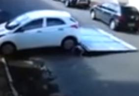 Vídeo: Sem motorista, carro desgovernado atropela casal de idosos