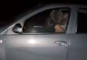 Casal é preso após ser flagrado fazendo sexo com criança no colo em carro