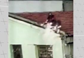 Vídeo mostra momento em que homem sofre descarga elétrica ao tentar religar energia, na PB