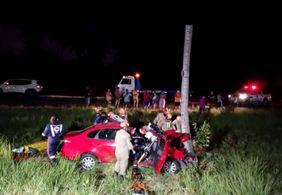 Idosa morre e duas pessoas ficam feridas após carro colidir contra árvore