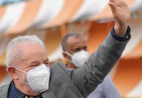 Lula durante a chegada ao Recife, em Pernambuco.