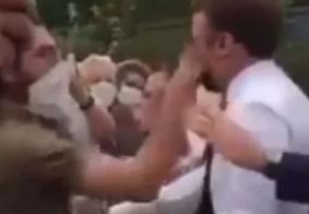 Momento em que o presidente da França é agredido