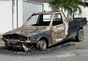 Carro pega fogo em João Pessoa