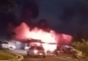 Incêndio de grandes proporções destrói oficina e mobiliza moradores em João Pessoa