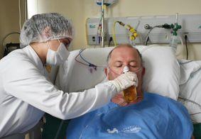 Idoso toma cerveja em hospital após receber alta da UTI Covid