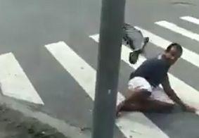 Pomba irritada persegue homem após receber carinho e vídeo viraliza; assista