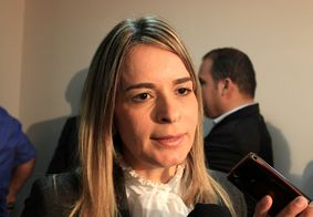 "Daniella Ribeiro comenta gesto de ""arma"" feito por Bolsonaro na ""Marcha para Jesus"""