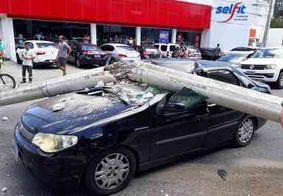 Caminhonete bate em poste, que 'esmaga' outro carro na principal avenida de João Pessoa