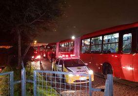 Vídeo: Bombeiro tem surto e furta ônibus biarticulado em Curitiba