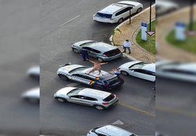 Homem em surto psicótico é contido após subir nu em viatura da Polícia Militar, no DF