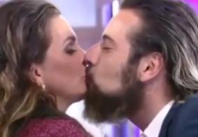 Luiza Ambiel e Cartolouco se beijam na Hora do Faro