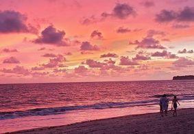 Céu cor-de-rosa: primeira manhã de 2020 encanta público na orla de João Pessoa