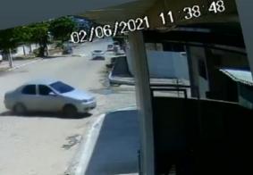 Câmera flagra momento em que carro se choca contra imóvel em Santa Rita