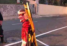 Atropelado por trem, homem foge de hospital amarrado a uma maca