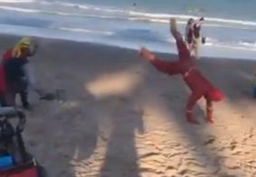 Thor e Flash viram vendedores de picolé e travam batalha épica em praia de João Pessoa; veja