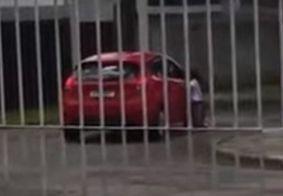 Mãe arranca com o carro e 'abandona' filha na rua; Veja vídeo