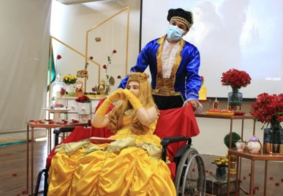 Vídeo: paciente com câncer no cérebro ganha festa de 15 anos