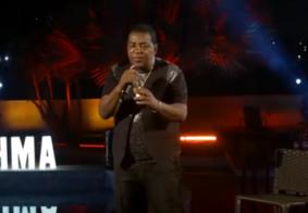 Vocalista de Raça Negra reclama de não poder beber durante a live; veja como foi