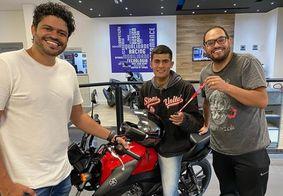 Motoboy que sofreu ataques racistas ganha moto de humorista do SBT