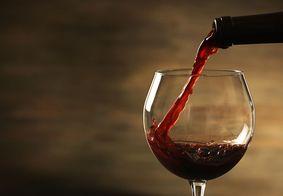 Substância encontrada no vinho combate Covid-19, diz estudo