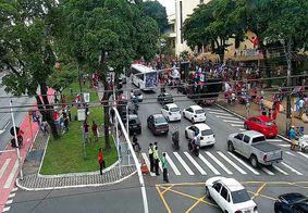 Manifestantes reunidos próximo da escola Lyceu Paraibano, no Centro de JP