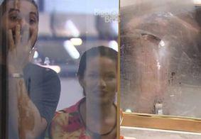 Juliette e Gil se surpreendem ao verem Rodolffo pelado no quarto do líder