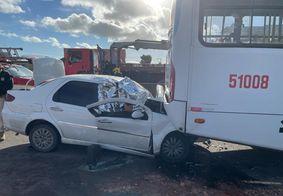 Passageiro de carro morre e dois ficam feridos em acidente na BR-230