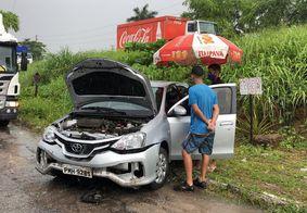Carro cai em barranco após colisão com caminhão na BR-230