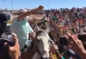 Vídeo: após se recuperar da Covid-19, Bolsonaro gera aglomeração e tira máscara