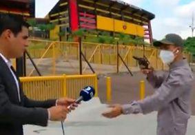 Jornalista é roubado durante reportagem em estádio no Equador; veja