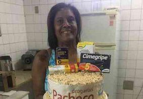 Filha faz festa com tema de drogaria para mãe que tem mania de doença