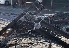 Vídeo: poste cai sobre três pessoas em condomínio na Zona Sul de João Pessoa