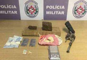 Arma e drogas são encontradas em terreno baldio no Vista Alegre