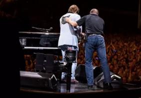 Vídeo: Elton John interrompe show e chora por não conseguir cantar