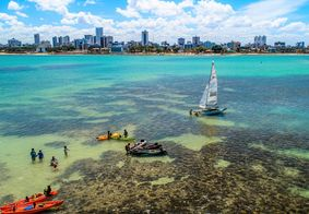 Vista aérea das piscinas naturais na praia do Bessa, em João Pessoa