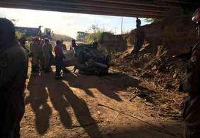 Carro capota e cai de ponte deixando vítima fatal