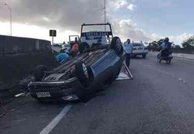 Carro capota após motorista perder o controle da direção em JP