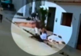 Vídeo mostra momento em que vizinho mata homem a pauladas por conta de som alto, na PB