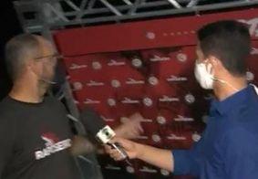 Virou piada: Placa de publicidade de clube paraibano cai durante entrevista ao vivo