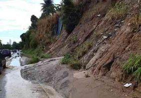 Deslizamento de barreira deixa duas pessoas feridas na BR-230, em João Pessoa