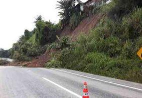 Barreira desliza e interrompe trecho de rodovia em João Pessoa