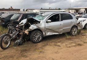 Veículo e motocicleta ficaram completamente destruídos