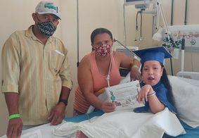 Criança é alfabetizada durante tratamento no Hospital de Trauma de Campina Grande