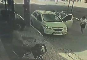 Roubo de carro é flagrado por câmeras de segurança em João Pessoa