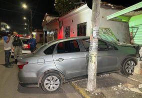 O carro invadiu o imóvel causando destruição