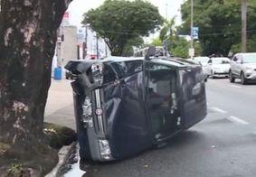 Carro capota na principal avenida de João Pessoa e trânsito fica lento