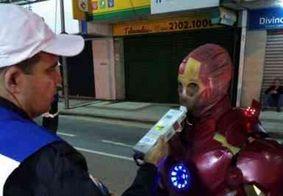 'Homem de Ferro' sai de festa infantil e é multado por dirigir sem CNH, no RJ