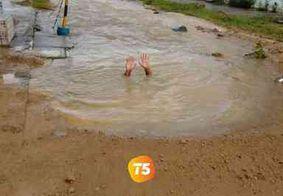 Vazamento de água potável invade residências e inunda rua em João Pessoa