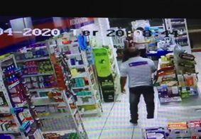 Câmera flagra suspeito de assaltar farmácia e fazer funcionários reféns na PB