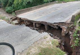 Ponte que liga Santa Rita a Cruz do Espírito Santo rompe após fortes chuvas, diz DER